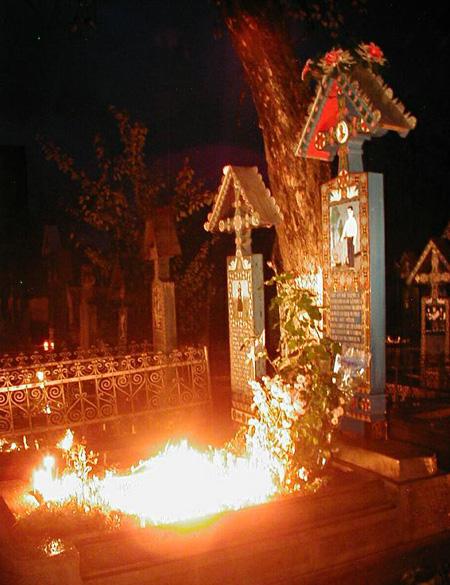Iluminatie in Cimitirul vesel din Sapanta
